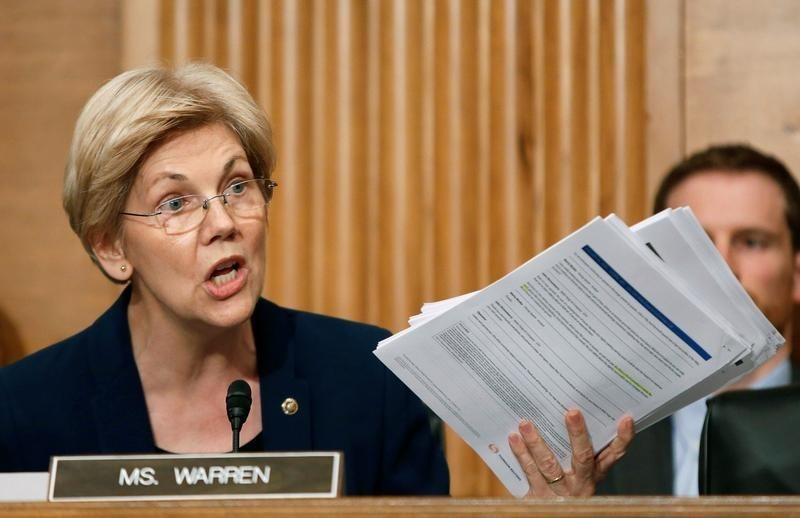 © Reuters. Senator Warren shows company documents to Wells Fargo CEO Stumpf at Senate Banking Committee hearing on firm's sales practices on Capitol Hill in Washington
