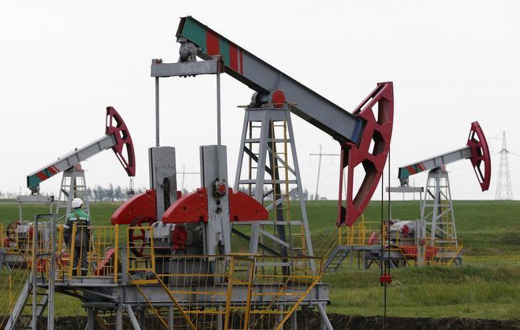© Reuters. النفط يرتفع بعد اتفاق أوبك وروسيا على خفض الإنتاج