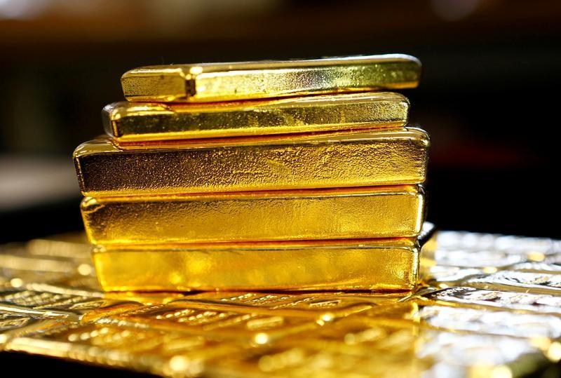© Reuters. الذهب يصعد من أدنى مستوى في 10 أشهر مع انخفاض الدولار