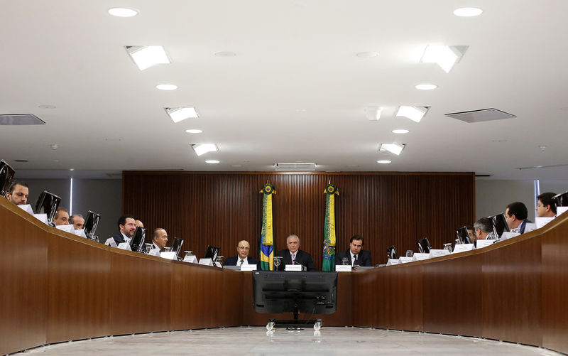 © Reuters. Brazil's President Temer attends a meeting with political leaders to back his unpopular proposal to reform the country's pension system, at Planalto Palace in Brasilia