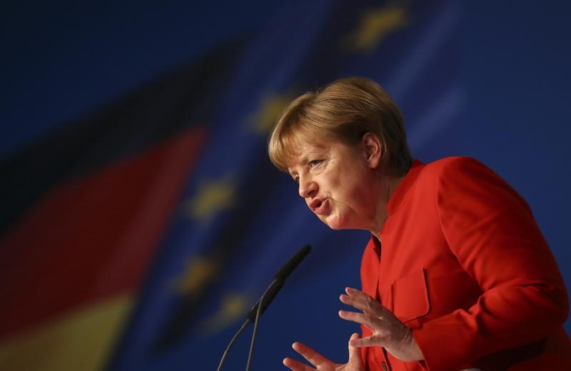 © Reuters. German Chancellor and leader of the conservative CDU Merkel addresses the CDU party convention in Essen