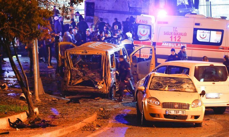 Explosiones dejan al menos 13 muertos fuera de estadio de fútbol en Estambul: fuentes