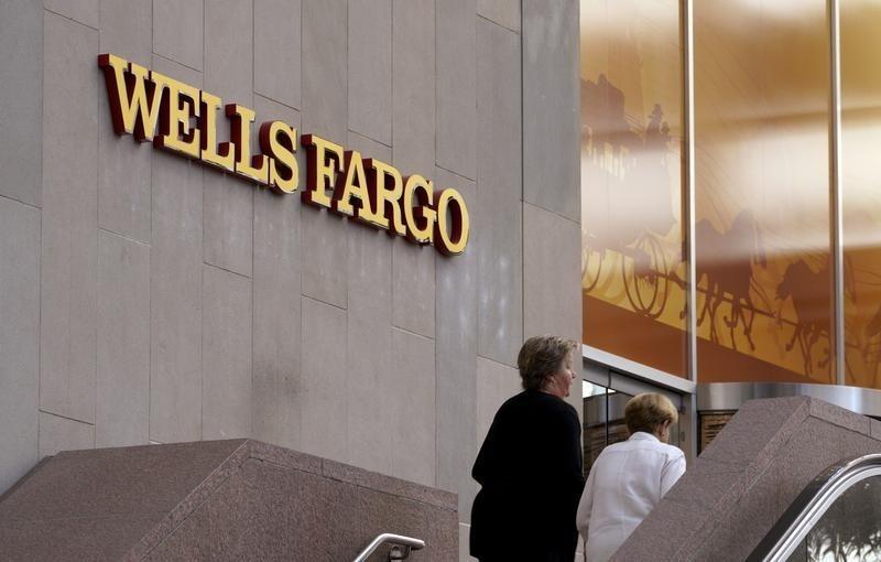 © Reuters. Customers approach the Wells Fargo & Co. bank in downtown Denver