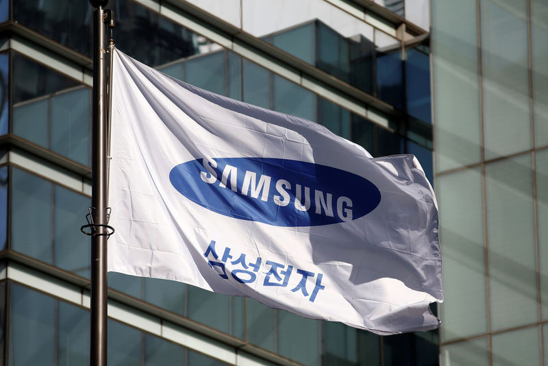 © Reuters. Employees walk past a building of Samsung Electronics in Seoul