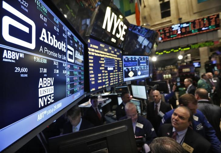 © Reuters. Traders gather at the booth that trades Abbott Laboratories on the floor of the New York Stock Exchange