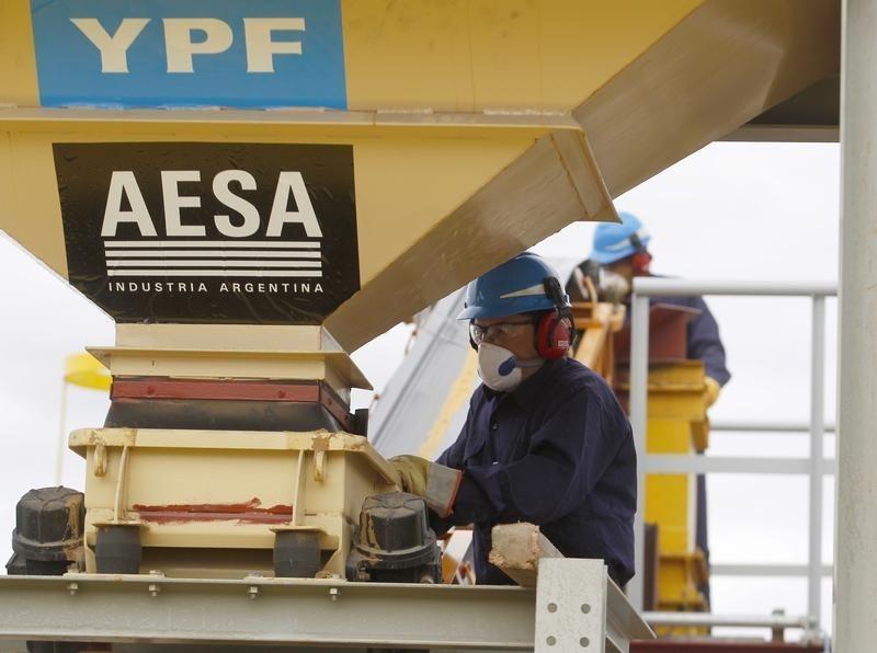 Petrolera argentina YPF retoma producción en masiva formación Vaca Muerta tras protesta