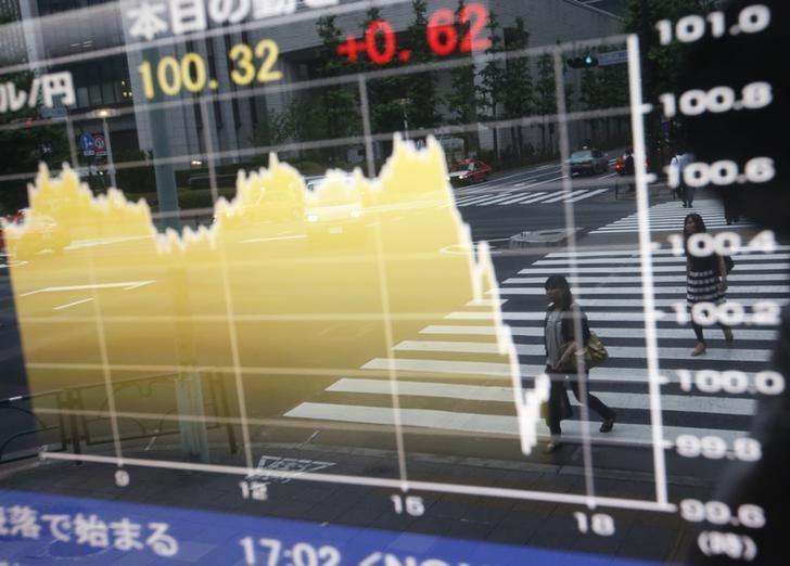 Евро снизился до многомесячных минимумов после атак на Париж LYNXNPEBAF0AN_L