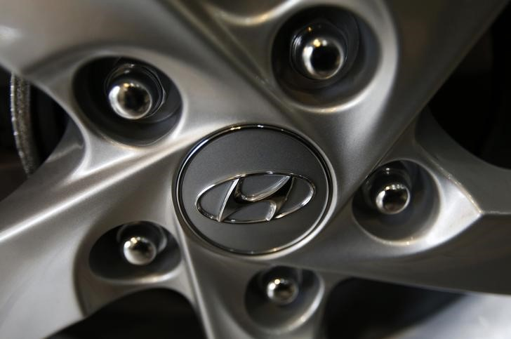 © Reuters. The logo of Hyundai Motor Co. is seen on a wheel of a car at a Hyundai dealership in Seoul