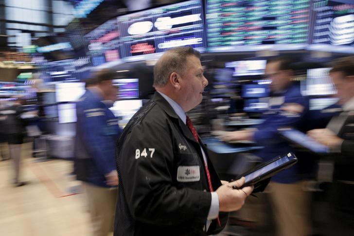 Уолл-стрит в минусе из-за падения цен на нефть