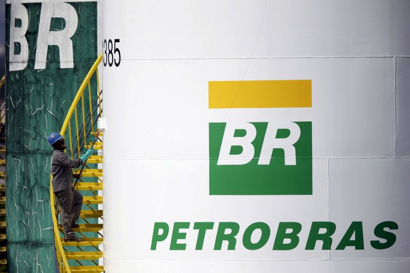 © Reuters. File photo of a worker painting a tank of Brazil's state-run Petrobras oil company in Brasilia