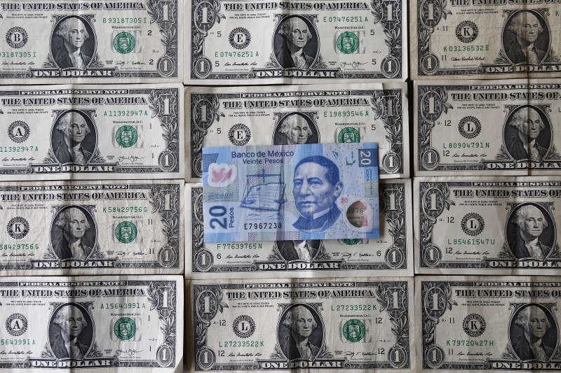© Reuters. A picture illustration shows Mexican pesos and U.S. dollars banknotes in Mexico City