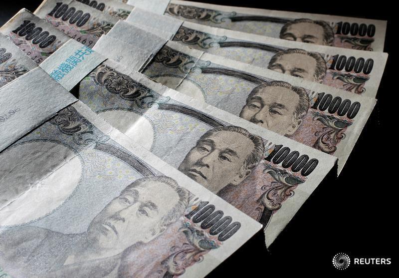 © Reuters. Купюры валюты иена в Токио