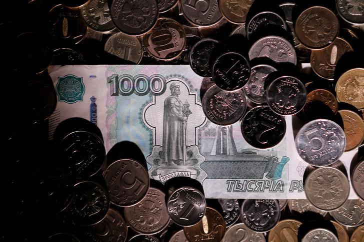 © Reuters. Рублевые монеты и купюра