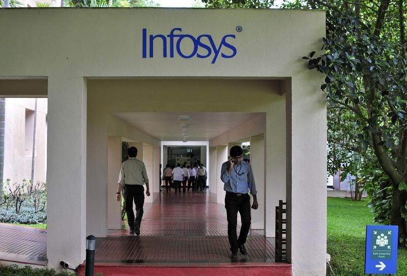 © Reuters. Employees walk along a corridor in the Infosys campus in Bangalore