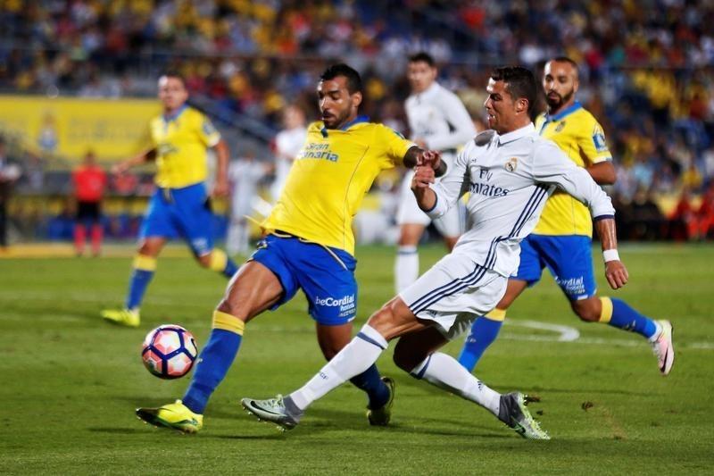 Real Madrid iguala con Las Palmas pero sigue líder en España, Barcelona golea sin Messi