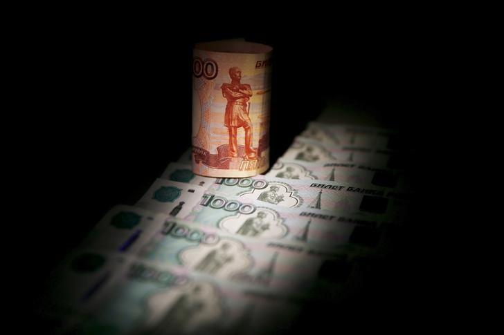 Рубль умеренно вырос к доллару, слабо реагируя на движение нефтяных цен
