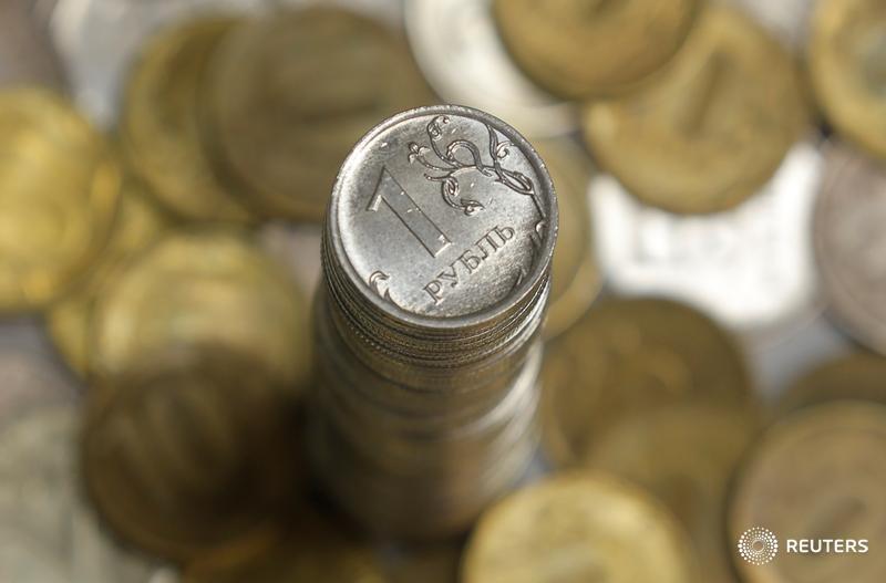 Рубль дешевеет к доллару, оставаясь в узком диапазоне
