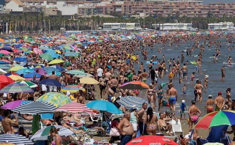© Reuters. España recibe más de 10 millones de turistas extranjeros en agosto