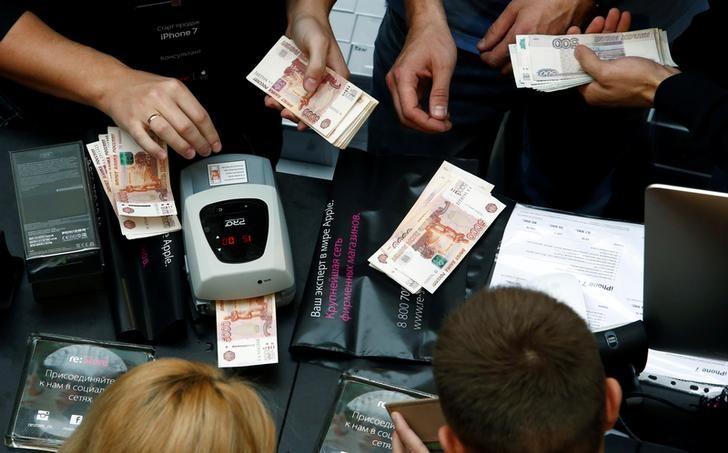 Пара доллар/рубль ушла ниже 62 впервые в 16 году благодаря рынку труда США