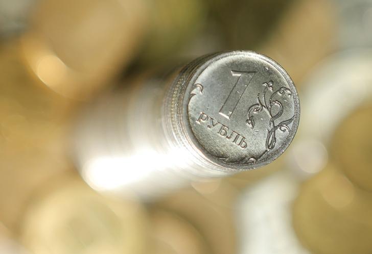 Рубль подорожал в начале торгов вслед за нефтью и сырьевыми валютами