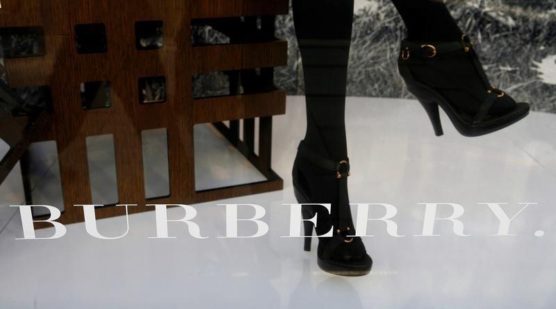 Слабый фунт способствовал росту продаж Burberry в Великобритании