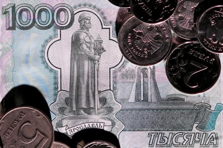 Рубль благодаря нефти достиг пика недели к доллару и 11 мес - к евро