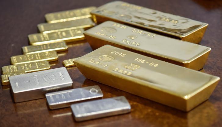Золото дорожает за счёт слабости доллара из-за сомнений в повышении ставки ФРС