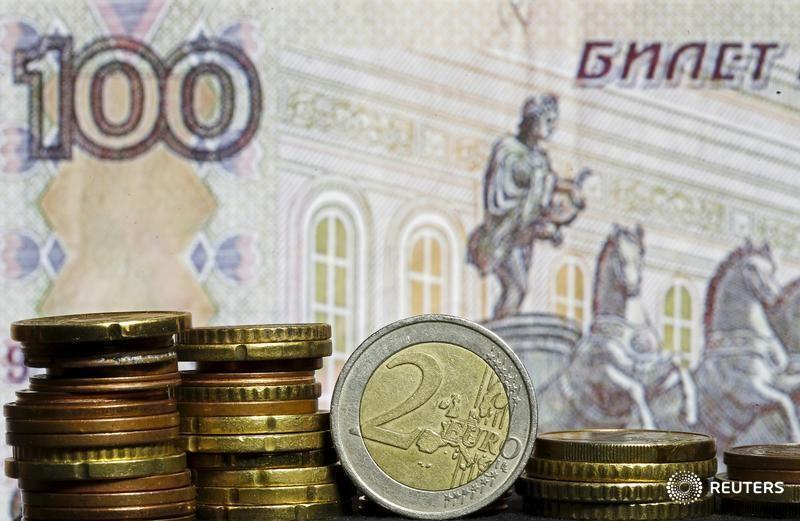 Рубль обновил годовой максимум к евро